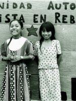 chicas con cartel