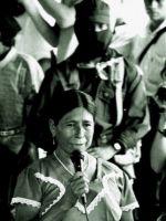 indigena mujer hablando